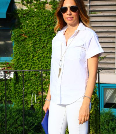 White skinny jeans, white shirt and nude pumps